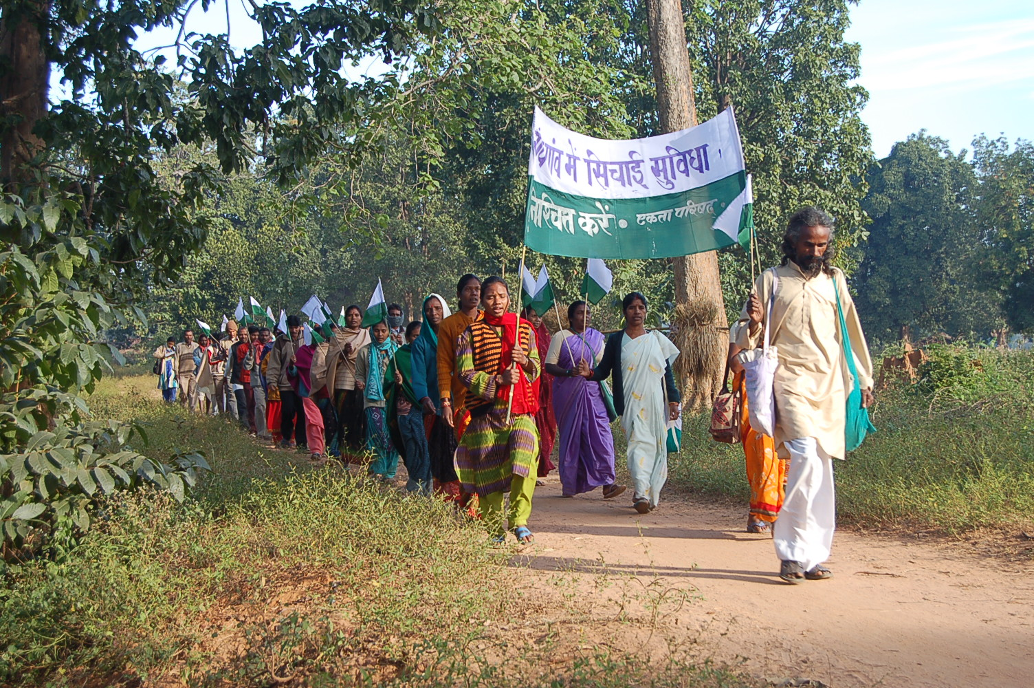 ekta_parishad_walk_with_banner_chhattisgarh_nov_2005